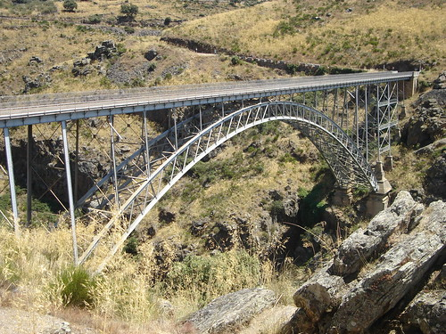 Puente de Requejo, infraestructura metálica con arco de 120 metros de luz que comunica las comarcas zamoranas de Aliste y Sanabria