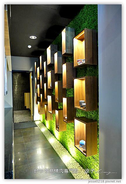 往厕所的走道墙壁,有片展示墙面,以绿色底搭配木箱,还满有味道的设计.