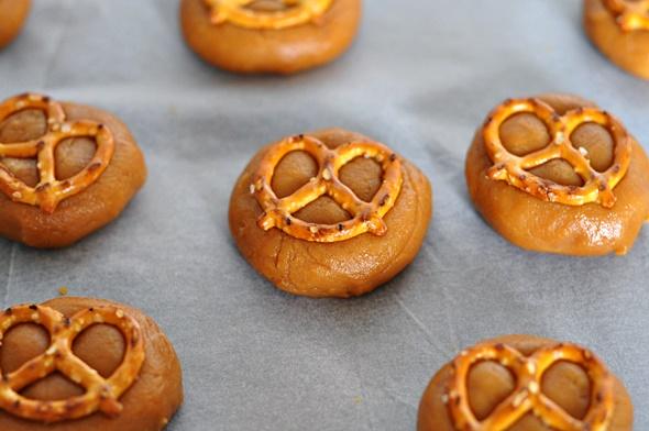 4 Ingredients Peanut Butter & Pretzel Cookies | www.fussfreecooking.com