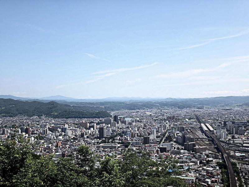 福島市・信夫山(しのぶやま)の烏ヶ崎展望デッキより福島市街地を望む