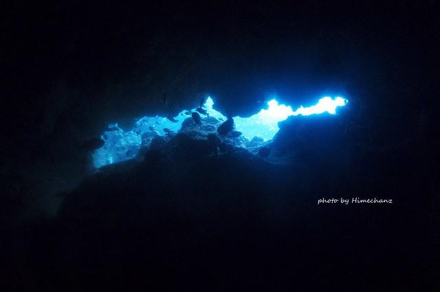 洞窟の先に黒島ブルーが♪