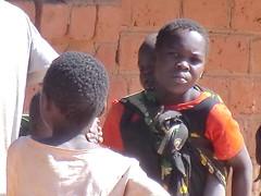 Zambia. Aldea entre Kasama y Mporokoso. Chica cargando con un bebé, quizá hijo suyo
