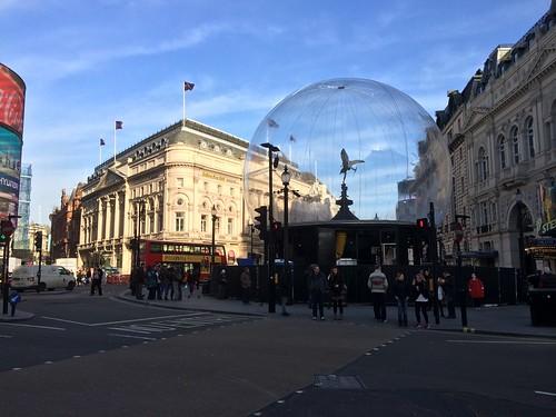 <p>Piccadilly snow globe Eros</p>