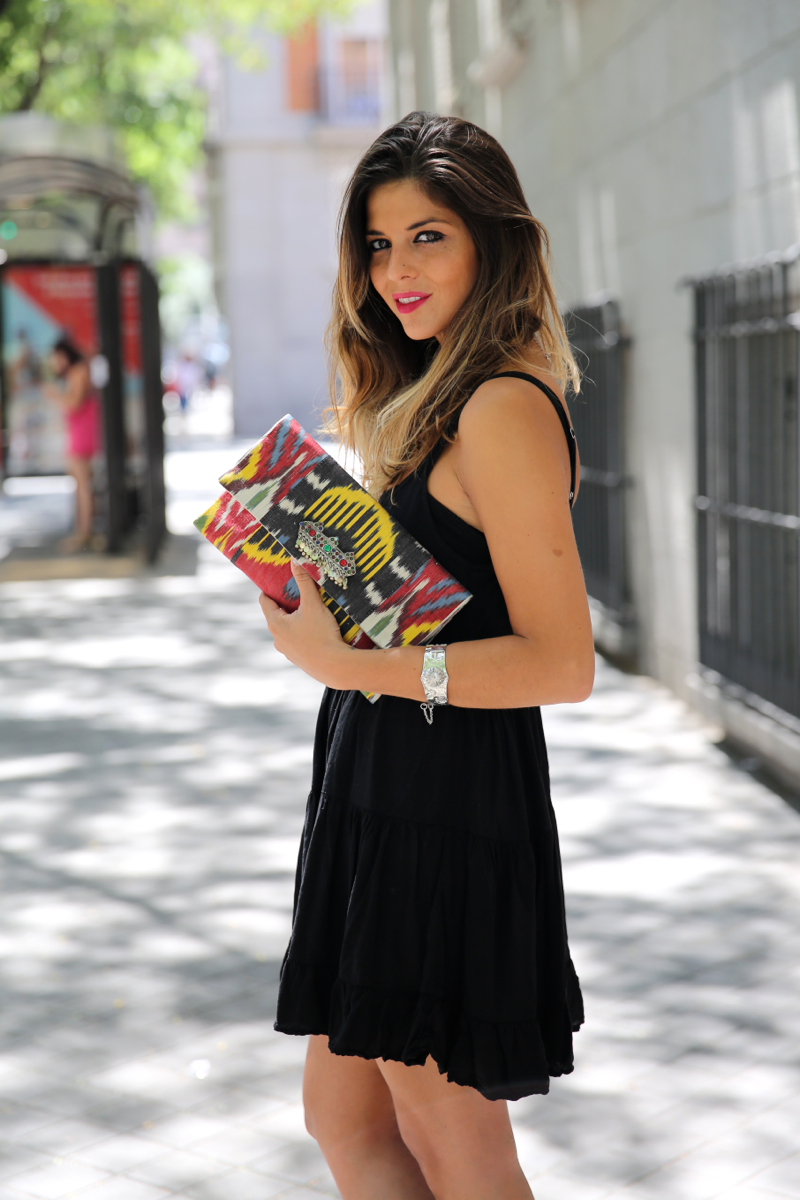 trendy_taste-look-outfit-street_style-ootd-blog-blogger-fashion_spain-moda_españa-ugg_australia-clutch_etnico-vestido_negro-black_dress-brandy_melville-6