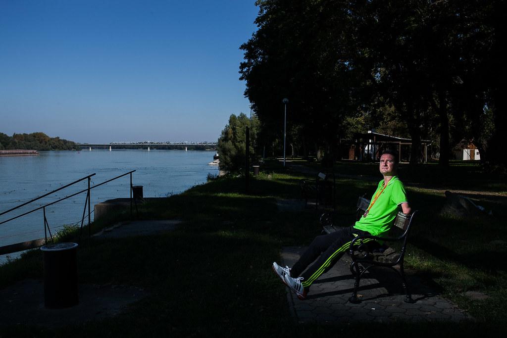 Vereczkei Zsolt úszó, aki S5-ös kategóriában, az 50 méteres hátúszásban szerzett bronzérmet, Baján, a Duna-parton, ahová gyakran lejár | Fotó: Magócsi Márton