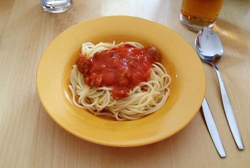 Spaghetti mit Tomaten-Hackfleischsauce / Spaghetti with tomato meatball sauce
