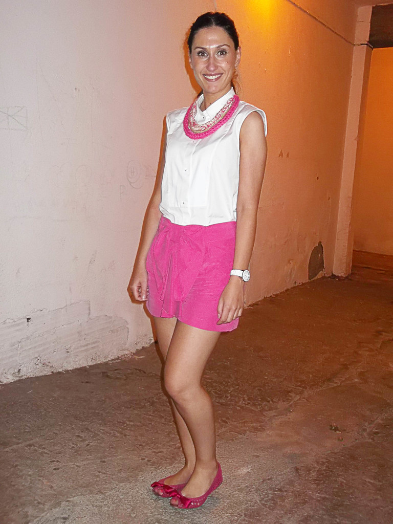 pin-up, short fuchsia, big bow, romantic, Poète, white shirt, front bib,fuchsia dancers, crochet necklace, bib, fucsia, lazo grande, romántico, camisa blanca,pechera, bailarinas, collar de ganchillo, babero