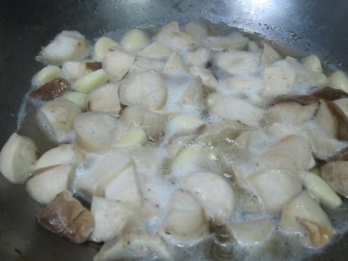 3、加入切塊杏鮑菇拌炒,再加水