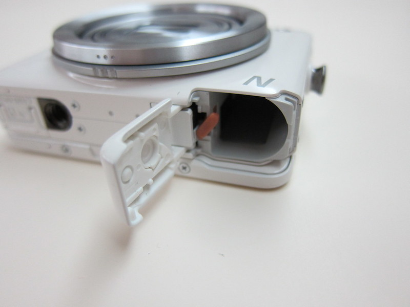 Canon PowerShot N - Battery Compartment