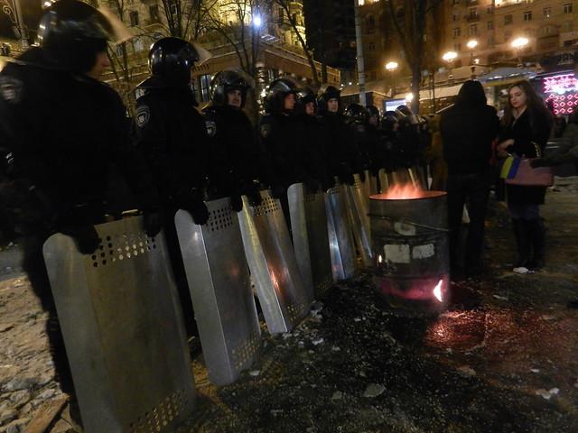 Демонстранты согревают войска