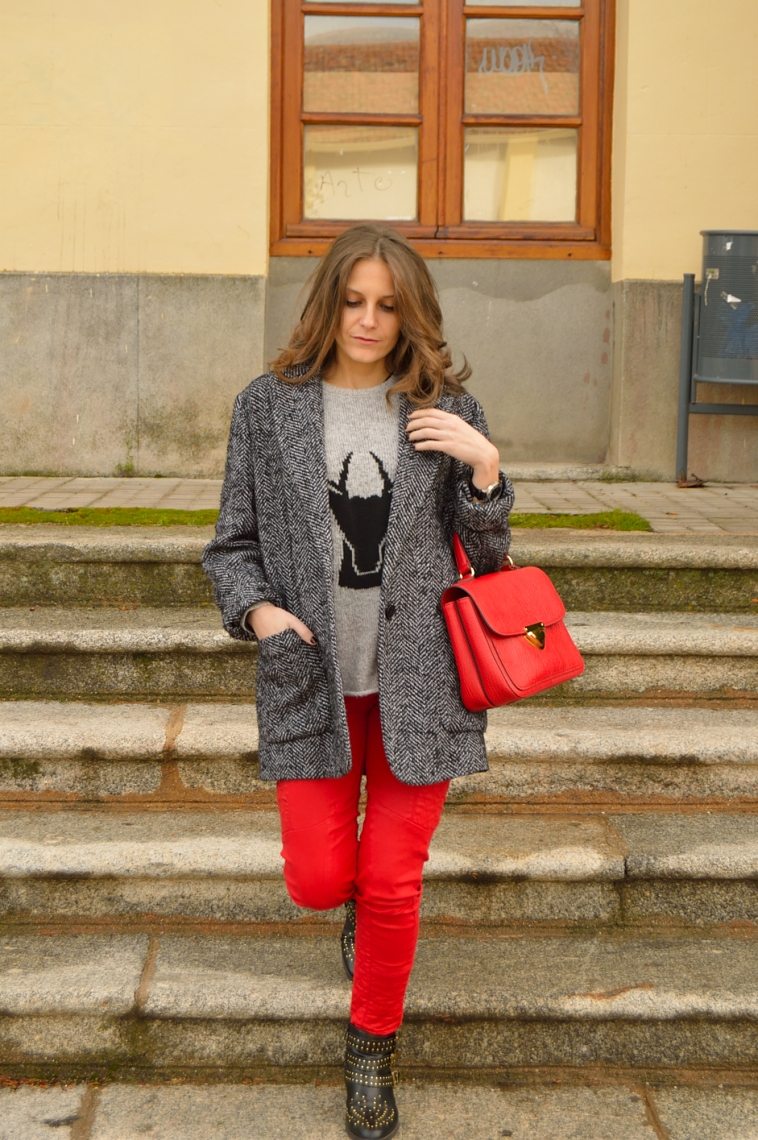 lara-vazquez-madlula-style-chic-red-trousers-red-bag-grey-black-look
