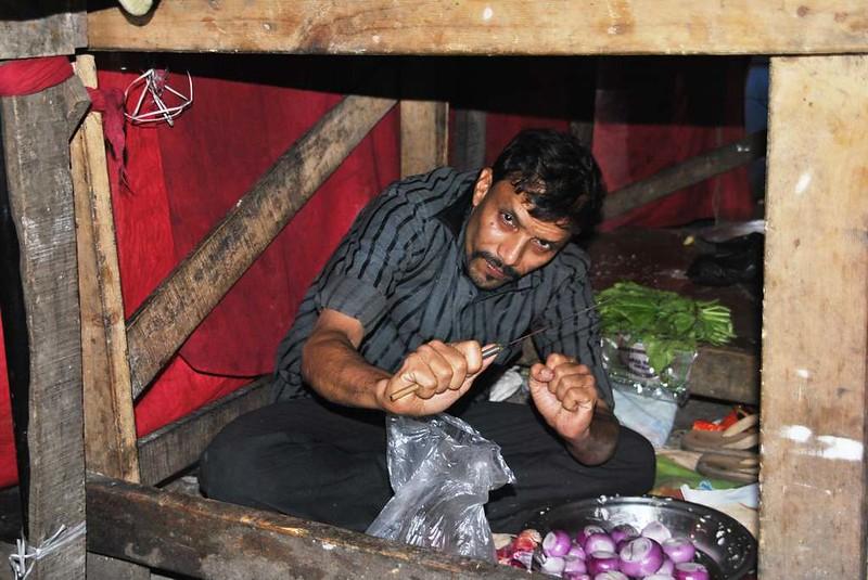 70 pelando cebollas en la cocina bajo la mesa, Mumbai (66)