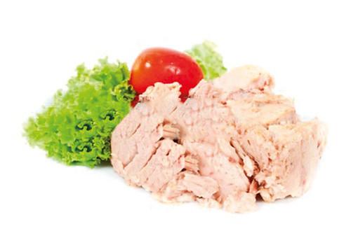 16781238-tuna-sobre-fondo-blanco-con-verduras