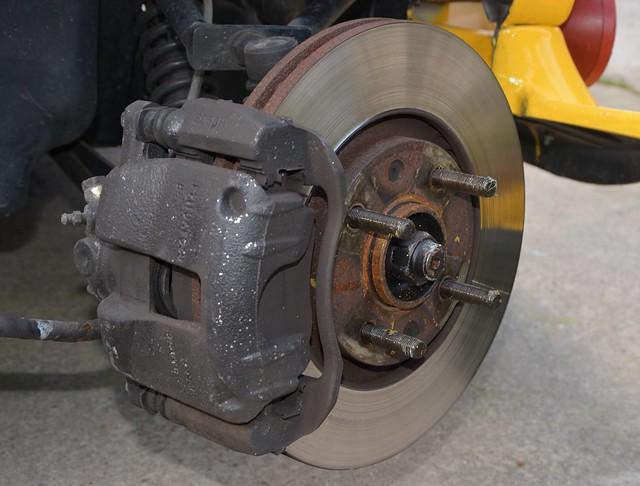 Changement disques et plaquettes de freins avant sur Secma F16 14633799352_1c75912dca_z