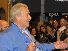20161022_03 Ian McKellen greeting fans by the stage door after ''No man's land'' | Wyndham's Theatre, London, England