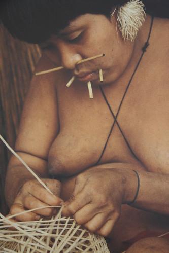Yanomami tecendo unha cesta. Orinoco. Cidade da Cultura