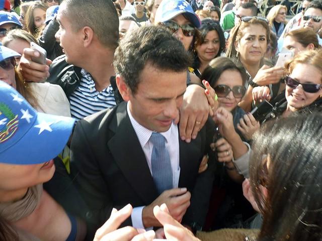 Así recibieron a Capriles en la plaza de San Pedro