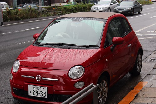 右側ハンドルではあったが日本車と違い、ハンドル右側にあるのがウインカー・左側にあるのがワイパーだが、今回乗ったFIAT500Cは逆だった。操作説明を聞いて理解する