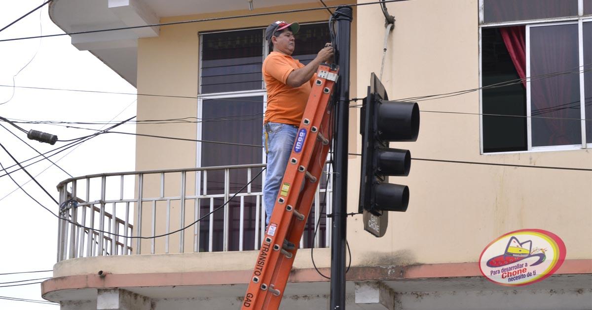 Dirección de tránsito ubica semáforos en la avenida Carlos Alberto Aray y Raymundo Aveiga