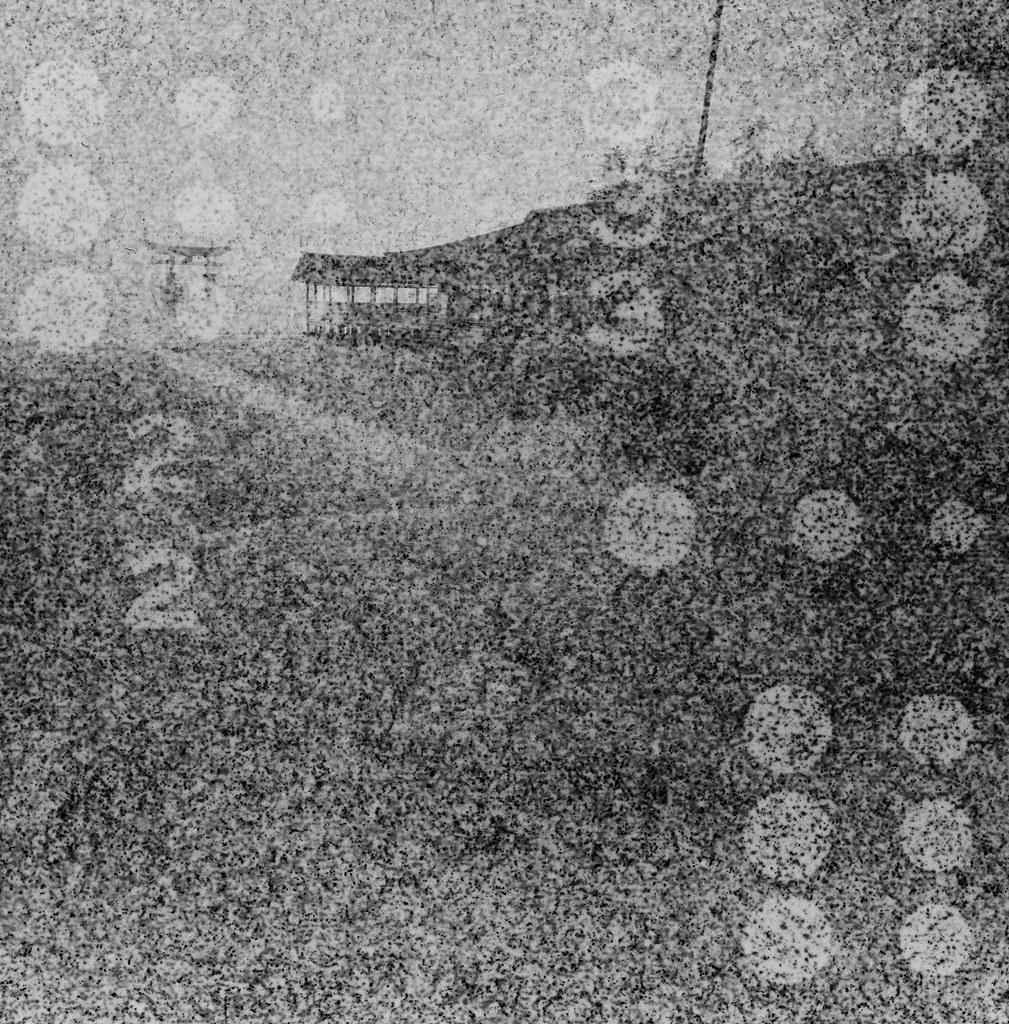 嚴島神社 Hiroshima, Japan / Lomography BW Expired / Lomo LC-A+ 120 過期底片會把底片卷上的字樣印上去,拍出來的影像有一種很像是用針孔攝影投影出來的感覺。  隱隱約約可以看到這是在廣島的嚴島神社拍的,那天是陰天,一直下雨下個不停,我背包裡的 MacBook Pro 還因此泡水當機!  Lomo LC-A 120 Lomography Black and White Negative 100 ISO 120mm 6678-0002 2016/09/25 Photo by Toomore