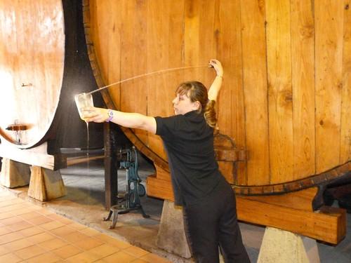 Espichando sidra en una bodega de Trabanco (Gijón, Asturias)