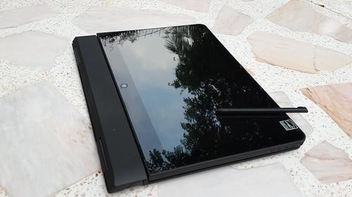 ใส่จอ Lenovo ThinkPad Helix กลับด้านแล้วพับลง ก็กลายเป็นแท็บเล็ตอีกแบบ