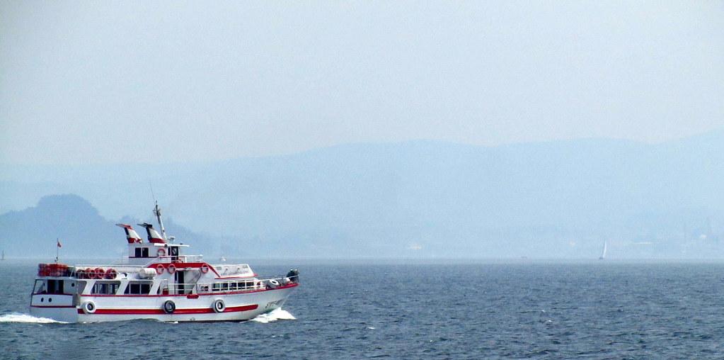 Pasa un ferry hacia Bueu
