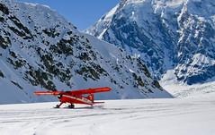 Start samolotu z lądowiska na lodowcu