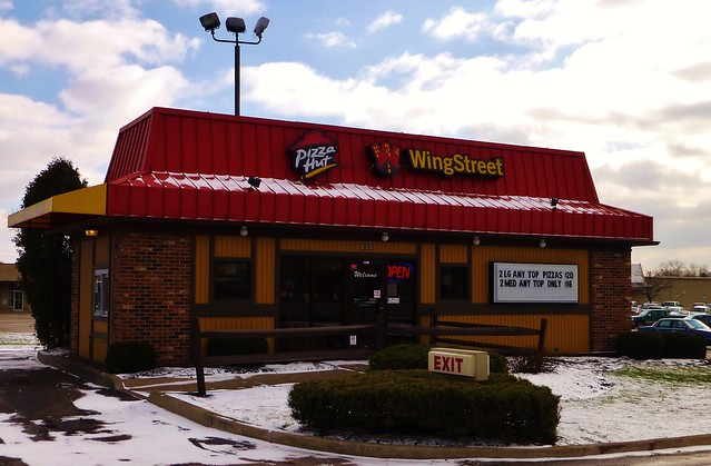 Pizza Hut Wing Street Tallmadge An Oddly Small Pizza