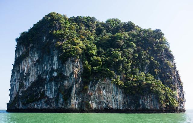 Islote cubierto de vegetación en la Bahía de Phang Nga. Tailandia.