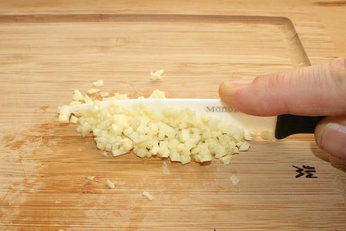 12 - Knoblauch zerkleinern / Mince garlic