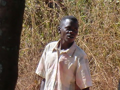 Zambia. Aldea entre Kasama y Mporokoso. Un joven