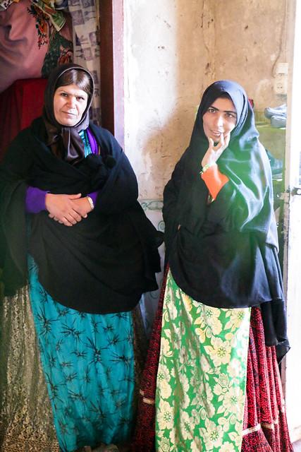 Qashqai women ina local house, Firuzabad, Iran フィールーズ・アーバード、民家のカシュガイ族女性