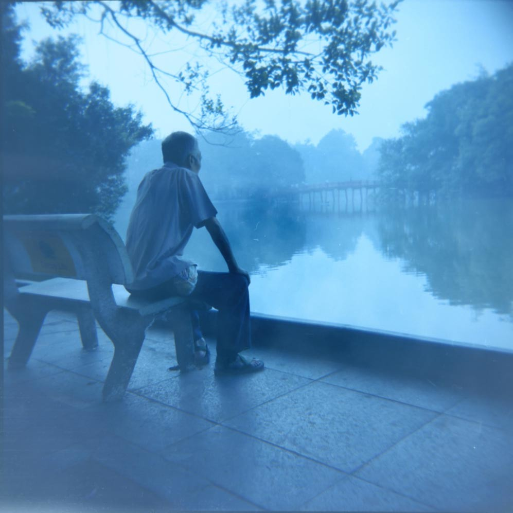 hanoi-vietnam-lake-hoam-kiem-danau-people-street-travel-holga-ektacolor-bench-water-sky-bridge-blue-blue-biru-teduh-peace-reflection-dream-love
