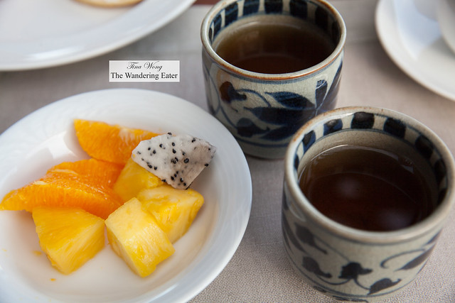 Fruit and cups of Hojicha