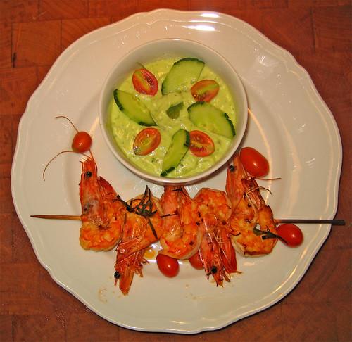 Crema fredda d avocado con spiedini di gamberi piccanti by fugzu
