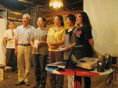 步道學員獲頒結業證書,與客座老師(左二)合照留念。