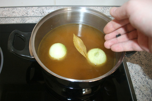 14- Zwiebel, Lorbeer & Pfeffer kochen / Cook onions, bayleaf & pepper corns