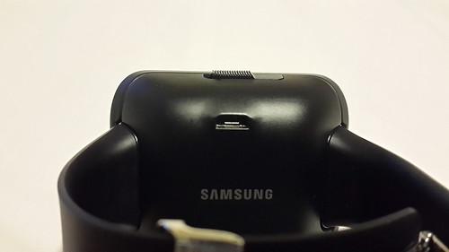 ด้านหลังของแจ็กเก็ตมีพอร์ต Micro USB เอาไว้ชาร์จแบตเตอรี่