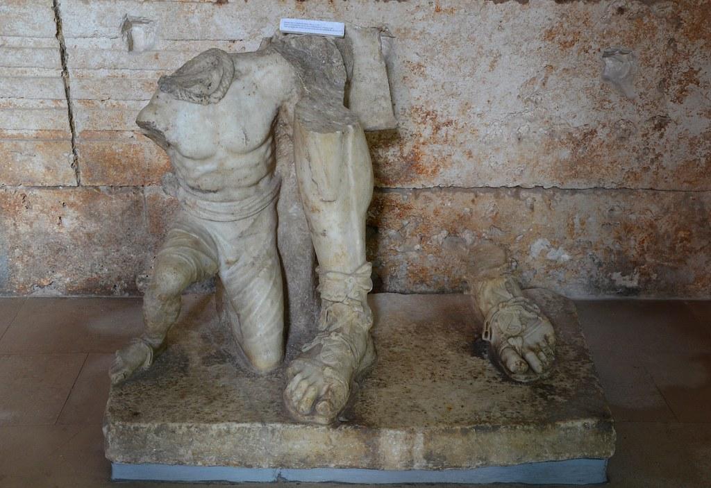 Sección inferior de una estatua imperial en el interior del Templo de Roma y Augusto, por Carole Radatto