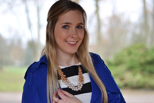 Outfit gestreiftes Kleid und blaue Jacke (3)