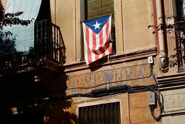 Vieille enseigne et drapeau catalan à Barcelone.