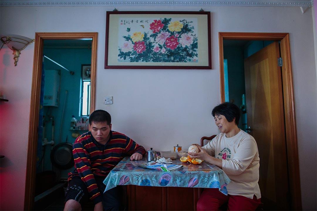 展鵬在家中通常坐在飯廳。