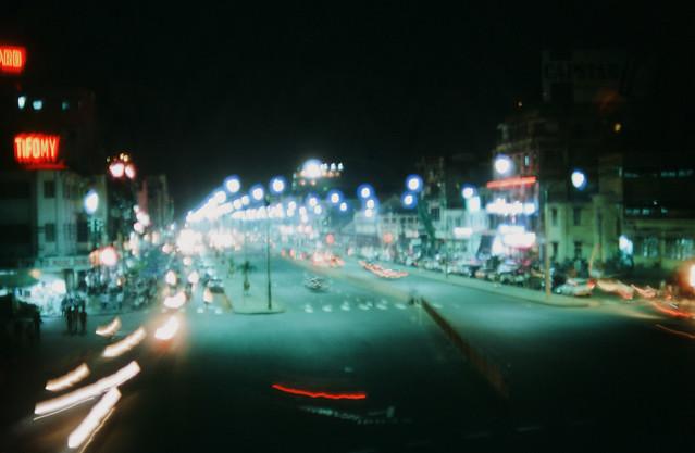 Saigon 1969 - Photo by larsdh - Đêm Saigon, đường Lê Lợi nhìn từ trên cầu bộ hành trước chợ Bến Thành