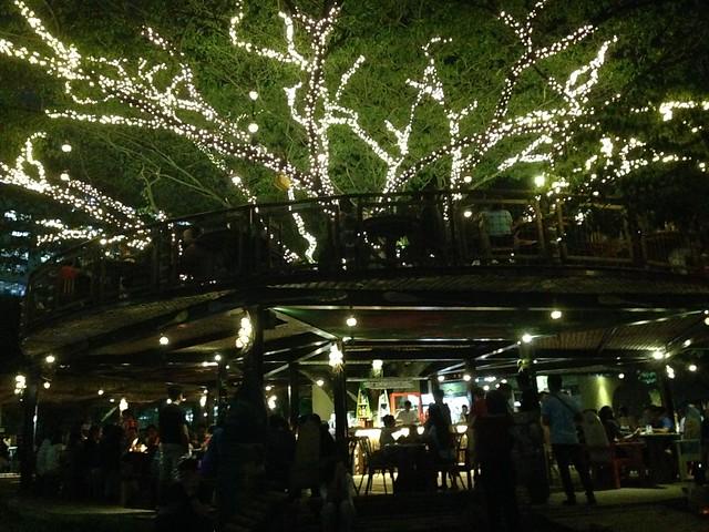 Shaka Hawaiian restaurant外観。おしゃれすぎる巨大ツリーハウス。