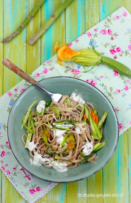 linguine integrali con asparagi, fiori di zucca e caprino
