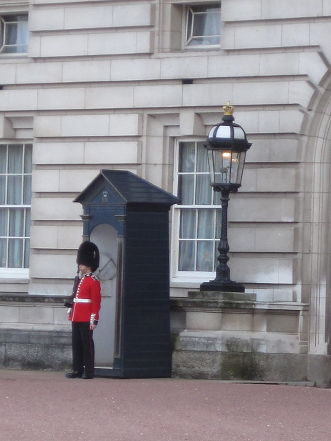 beefeater in front of Buckingham