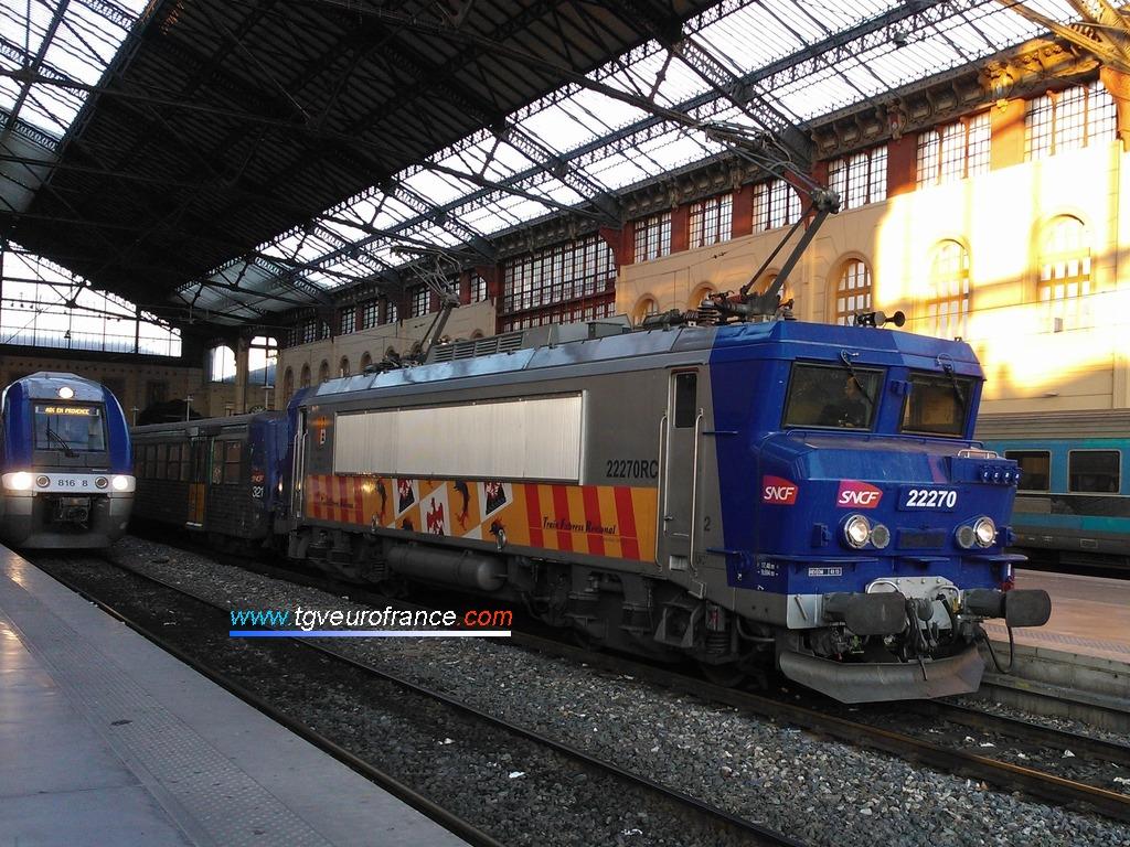 Une locomotive électrique (la BB22270 RC aux couleurs de la Région PACA)