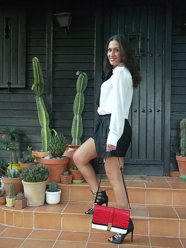 Preppy, cañero, blusa blanca lazada negra, shorts, polipiel, sandalias abotinadas, bolso tricolor, hard, white blouse, big black bow, fake leather shorts, bootie sandals, tricolour bag, zara, mango,