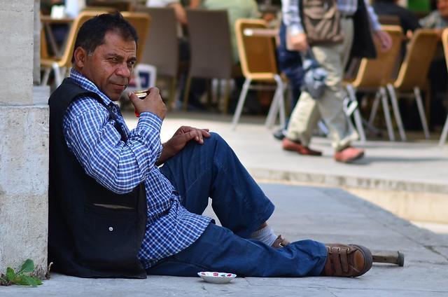 Hombre turco tomando el té